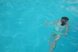 プールで泳ぐ少女