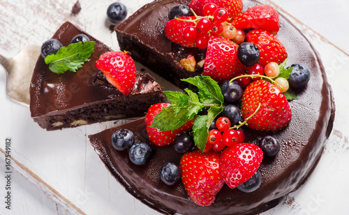 Foto  Chocolate cake with berries