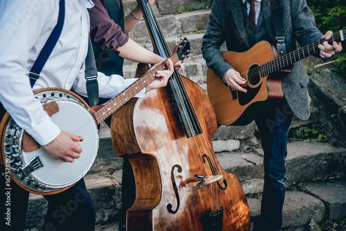 Fototapeta Trio muzyków z gitarą, banjo i kontrabasem