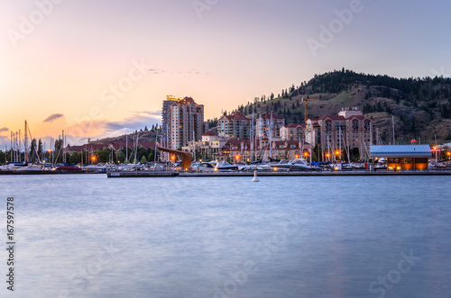 Plakat Skyline Kelowna i Waterfront o zachodzie słońca. BC, Kanada