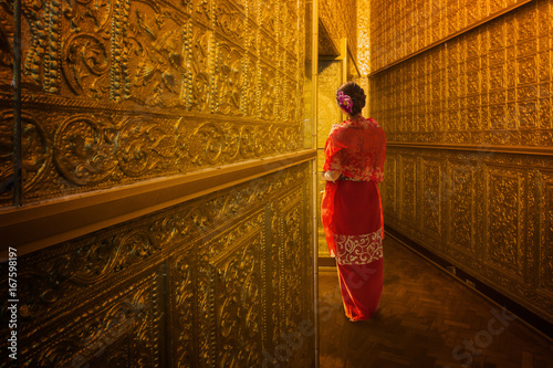 Foto  Myanmar lady atanding in the ancient emple