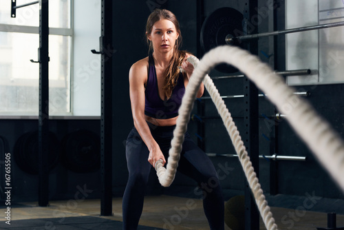 Fotografía  Young Woman Training with Battle Ropes