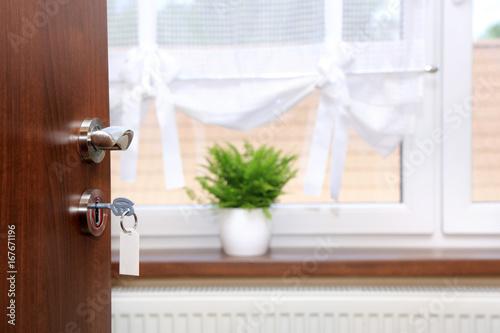 Zamek i klucz w drzwiach do mieszkania. - 167671196