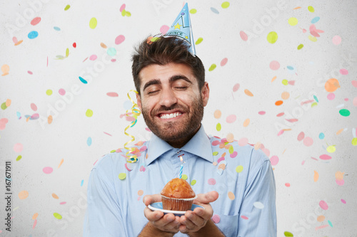 Fotografie, Obraz  Look at this tasty cake! Pleased man with thick beard and broad smile, holding p
