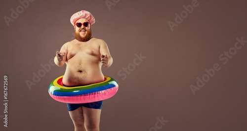 Foto Funny bearded man prepared for beach vacation