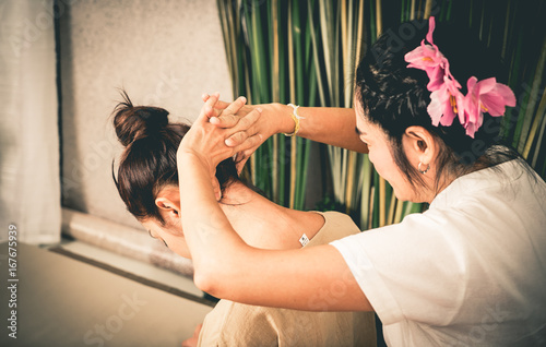 Foto Thai Massage Therapist is massaging a women neck