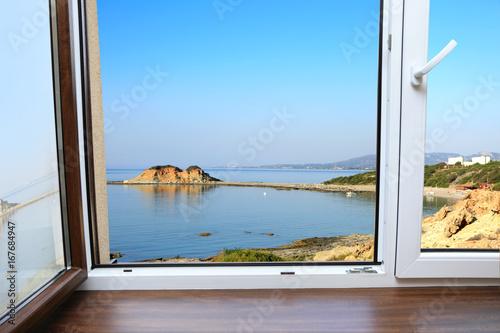 Okno współczesne z widokiem na zatokę morza Śródziemnego. - 167684947