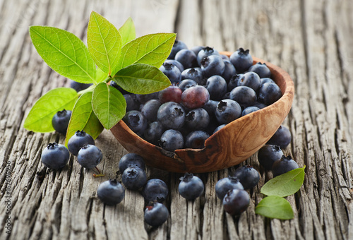 Blueberry with leaves on a wooden board Tapéta, Fotótapéta