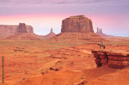 Photo Stands Coral Man on a horse, view from John Ford's Point in Monument Valley with the West Mitten Butte and the Merrick Butte in Utah-Arizona border, United States of America.