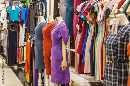 Staande foto Dragen 女性ファッション、マネキン、服