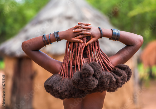 Poster Afrique Hair style of Himba women, tribespeople living in northern Namibia