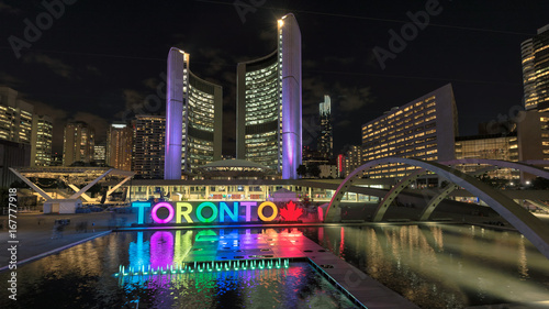 Foto auf Gartenposter Stadtgebaude Toronto City Hall and Toronto sign in Nathan Phillips Square at night, Ontario, Canada.
