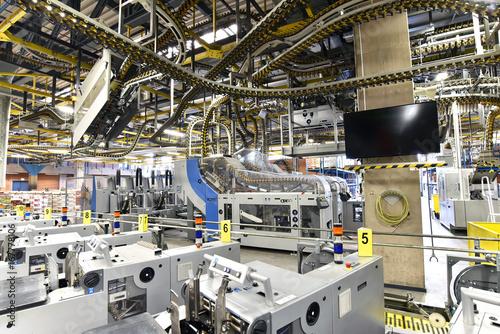 Fototapeta Betriebsgebäude: Maschinen in einer Großdruckerei - HiTech Fertigung // Industrial buildings: machines in a large print shop - HiTech production obraz na płótnie