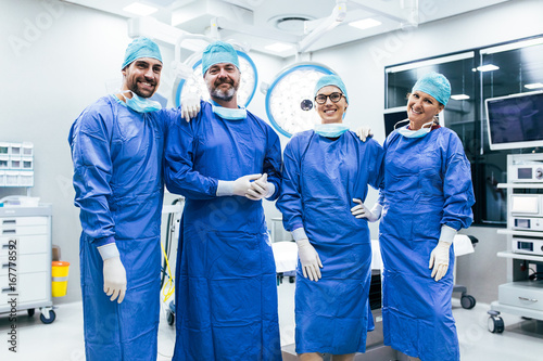 Fotografía  Team of surgeon ready for next operation