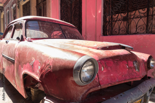 Photo Pink cuban car in streets of havana