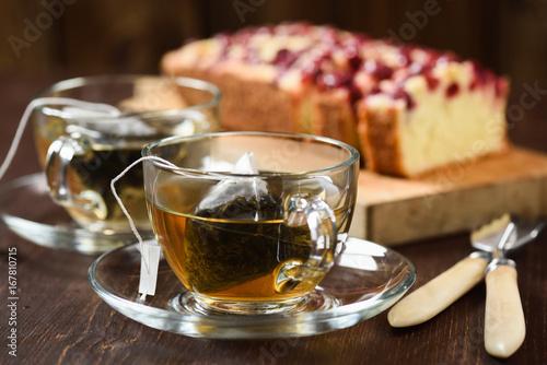 Zdjęcie XXL Herbaty piramidowe warzone w dwóch szklanych filiżankach i jagodowym