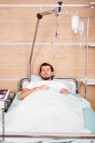 Plakat Pacjent w sali szpitalnej obok pielęgniarek. Medycyna i opieka zdrowotna