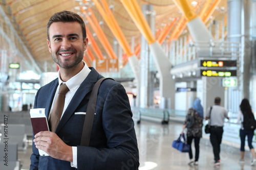 Photo  Handsome businessman smiling at the airport with space for copy