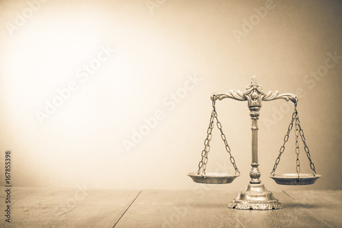 Fotomural  Retro law scales on table