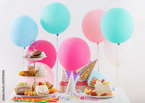 Photo  Birthday celebration with cake and colorful balloons