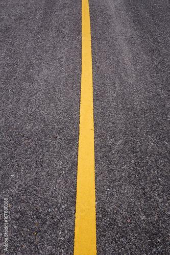 droga-asfaltowa-z-zolta-linia