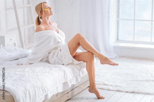 Fotografía  Relaxed young woman enjoying procedure