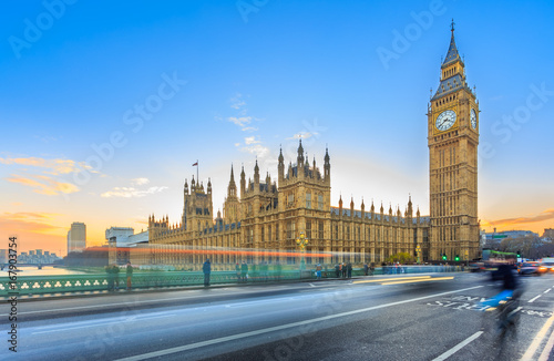 Türaufkleber London roten bus LONDON – DECEMBER 5, 2014: Big Ben and Palace of Westminster, Westminster Bridge on River Thames in London landmark, UK. UNESCO World Heritage Site. Long exposure image at sunset & twilight