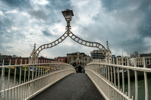 Fototapeta Halfpenny bridge over river Liffey in Dublin