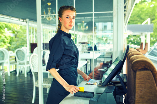 Fotografía  Calculation in the restaurant by credit card