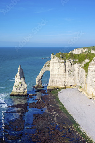 In de dag Kust France, Normandy (Normandie), Seine-Maritime department, Etretat. White chalk cliffs and Aiguille d'Etretat, natural stone arch on the coast.