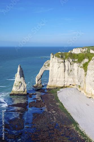 Tuinposter Kust France, Normandy (Normandie), Seine-Maritime department, Etretat. White chalk cliffs and Aiguille d'Etretat, natural stone arch on the coast.
