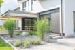 canvas print picture - Moderne Außenanlagen mit Terrasse