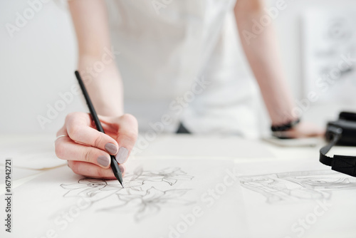 Fotografía  Female illustrator drawing sketches