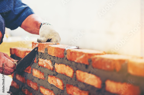 Fotomural Old man Hand white-wash cement built wall brick new house, Bricklayer worker ins