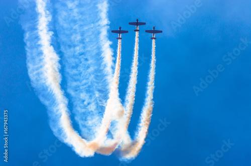 Zdjęcie XXL Grupa biały turbośmigłowy samolot z śladem bielu dym przeciw niebieskiemu niebu