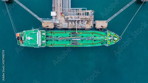 Obraz na płótnie Widok z lotu ptaka zbiornikowiec do ropy statek przy portem.