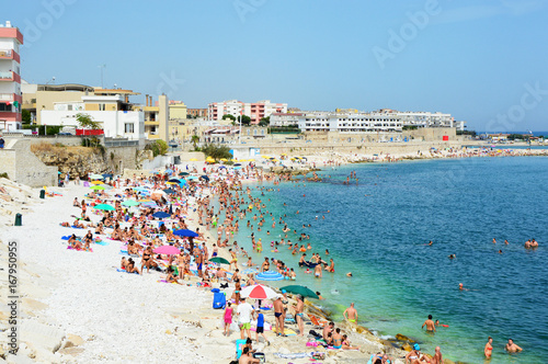 Photo Very Crowded Beach Full Of People At The Mediterranean Sea in Apulia turist regi