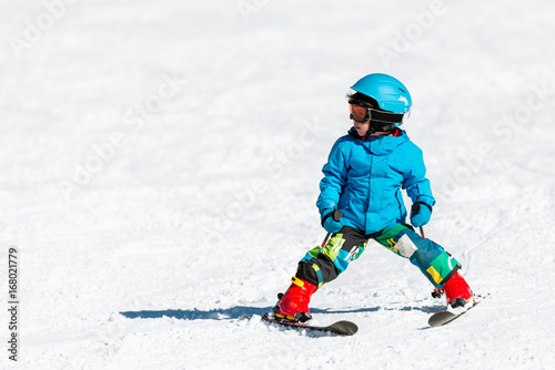 Tuinposter Wintersporten Little boy skiing