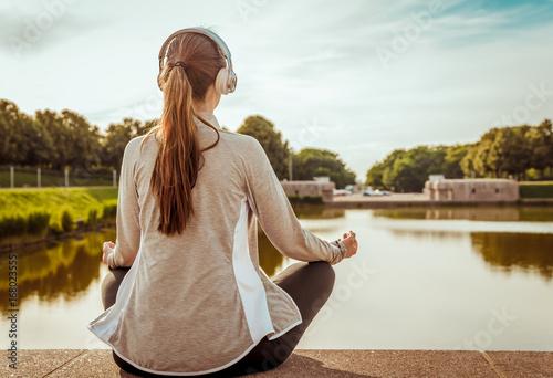 Plakat Kobieta relaksuje i słucha muzyki