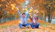 Leinwanddruck Bild - Seniorenpaar voller Freude im Herbst