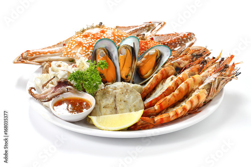 Roasted Mixed Seafood Contain Blue Crabs, Mussels, Big Shrimps, Calamari Squids and Grilled Barracuda Fish Garlic with Spicy Chili Sauce and Lemon on Dish, Isolated on White Background with Shadow Fototapete