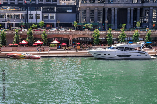 Motorboot und Yacht ankern an Riverwalk, Chicago River