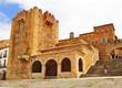 Torre de Bujaco y ermita de la Paz en la Plaza Mayor de Cáceres, España