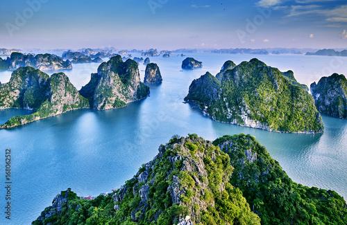 Fotografia beautiful green limestone mountains in halon bay
