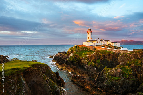 In de dag Vuurtoren Fanad head at Donegal, Ireland with lighthouse at sunset