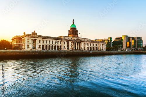 Zdjęcie XXL Dom Custom w Dublinie, w Irlandii wieczorem