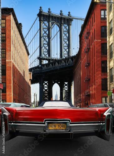 Retro stary samochód czerwony kolor na drodze w Nowym Jorku