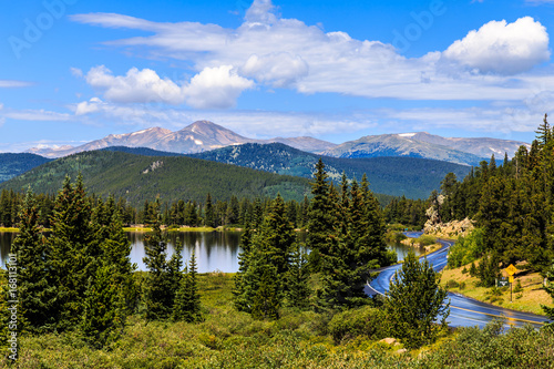 Foto Scenic view overlooking Echo Lake along the road going to Mt