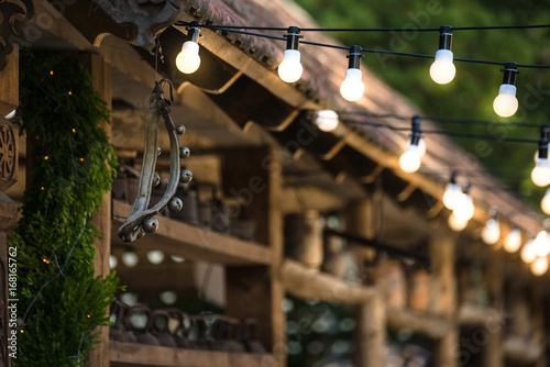 Fotografia  light bulb garland on the wedding
