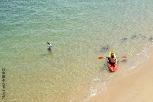Kayak de plage et baigneuse Canvas Print